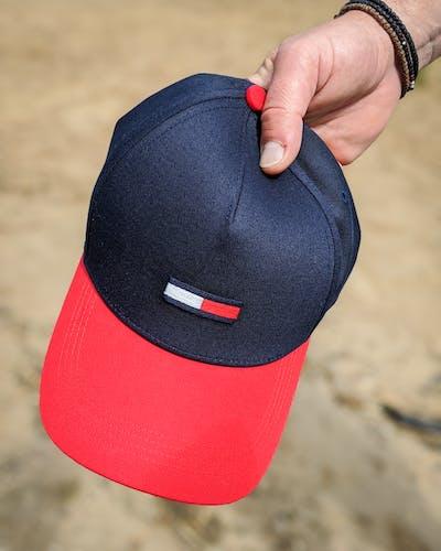 dunkelblaue Cap mit rotem Schirm von Tommy Jeans