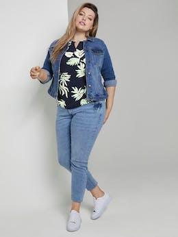 Model trägt Bluse mit Tropenmuster