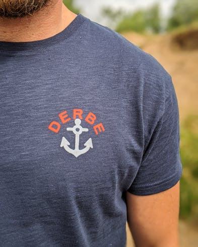 dunkelblaues T-Shirt mit Anker-Motiv von Derbe