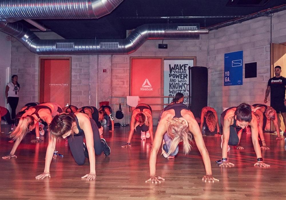 Frauen testen den Reebok PureMove Bra beim HIIT Workout