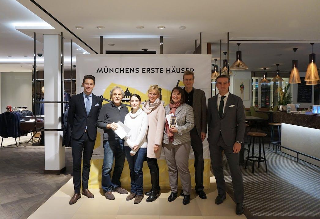 Gewinnübergabe in der Hirmer Tagesbar v.l.n.r.: Jan-Friedrich Jahn (Kustermann), Matthias Lob mit Tochter, Dr. Anka Haberland, Martina Lengler mit Ehemann, Robert Greil (Hirmer)