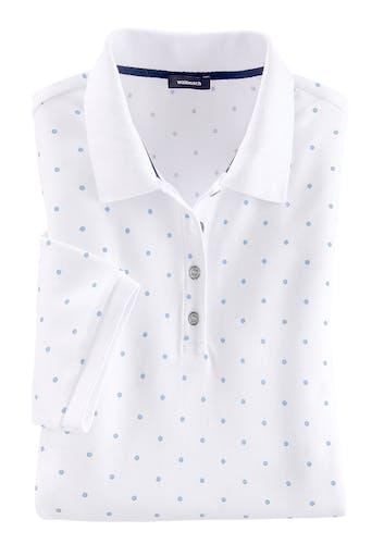 Weißes Polo mit kleinen blauen Punkten.