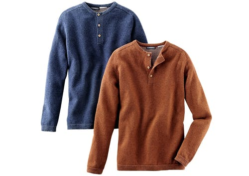 Ein dunkelblauer und ein orangener Pullover mit drei Knöpfen.
