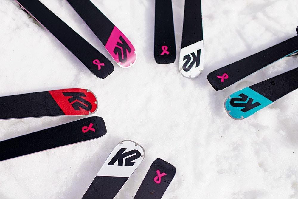 K2 Ski mit rosa Schleife als Zeichen gegen Brustkrebs