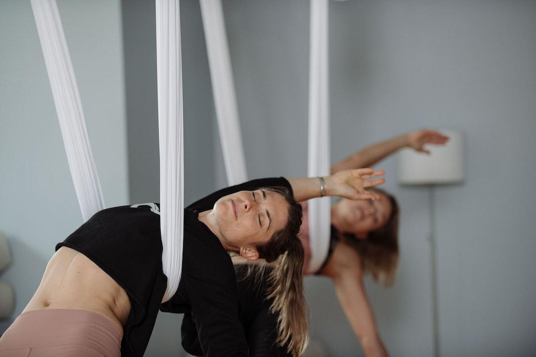 Beim Aerial Yoga entspannen