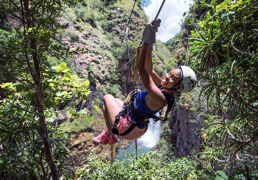Frau macht Ziplining in Südafrika