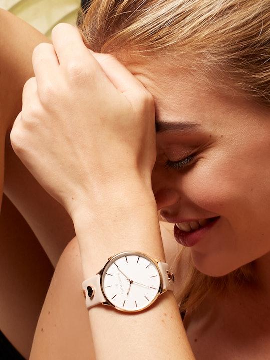 Cette montre THOM OLSON se compose d'un Boîtier Rond de 40 mm et d'un bracelet en Cuir Beige