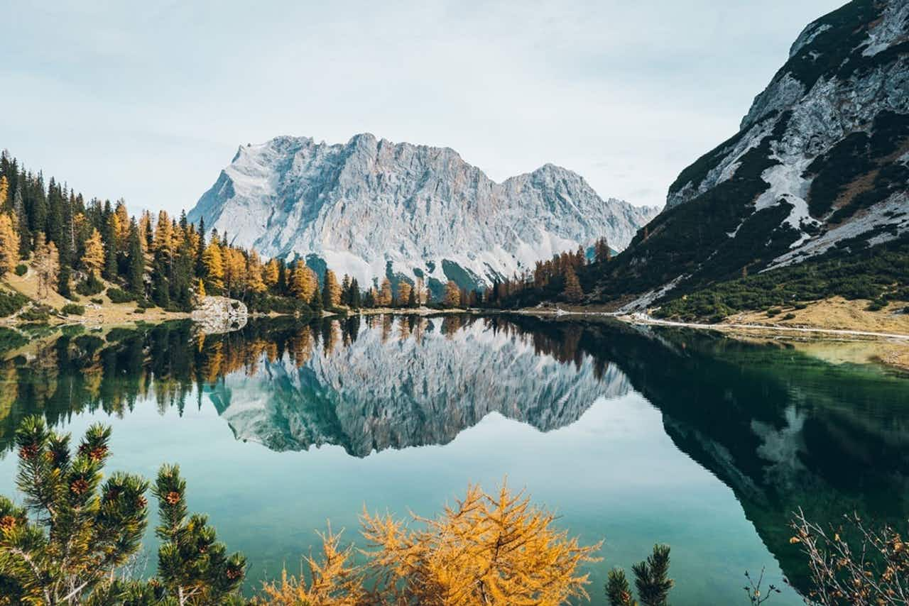 Spiegelung im Bergsee im Herbst