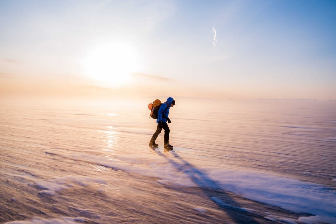 Mammut Profi-Athlet Dani Arnold auf dem gefrohrenen Baikalsee