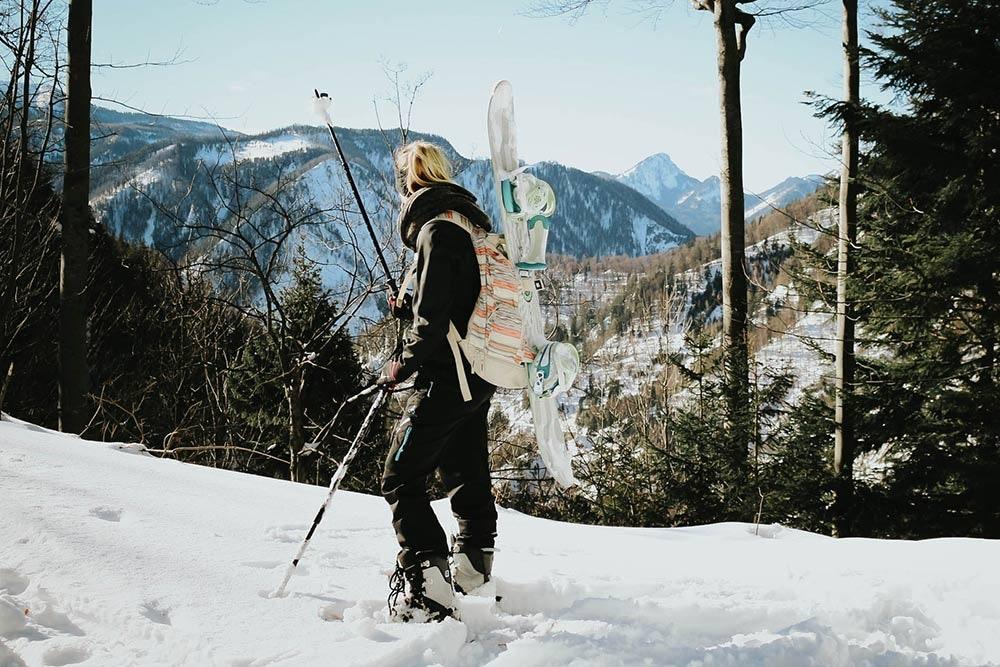 Mit dem Snowboard auf den Berg gehen