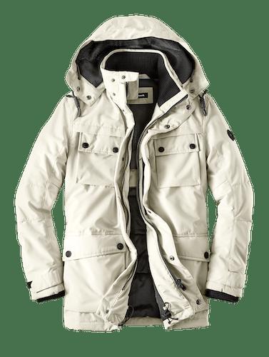 Weiße Jacke mit Kapuze und dunklem Innfenfutter.