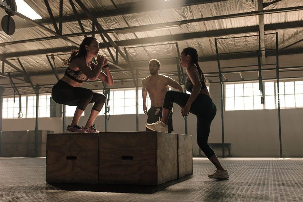 Sportliche junge Athleten beim CrossFit