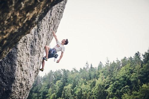 Ragazzo che arrampica