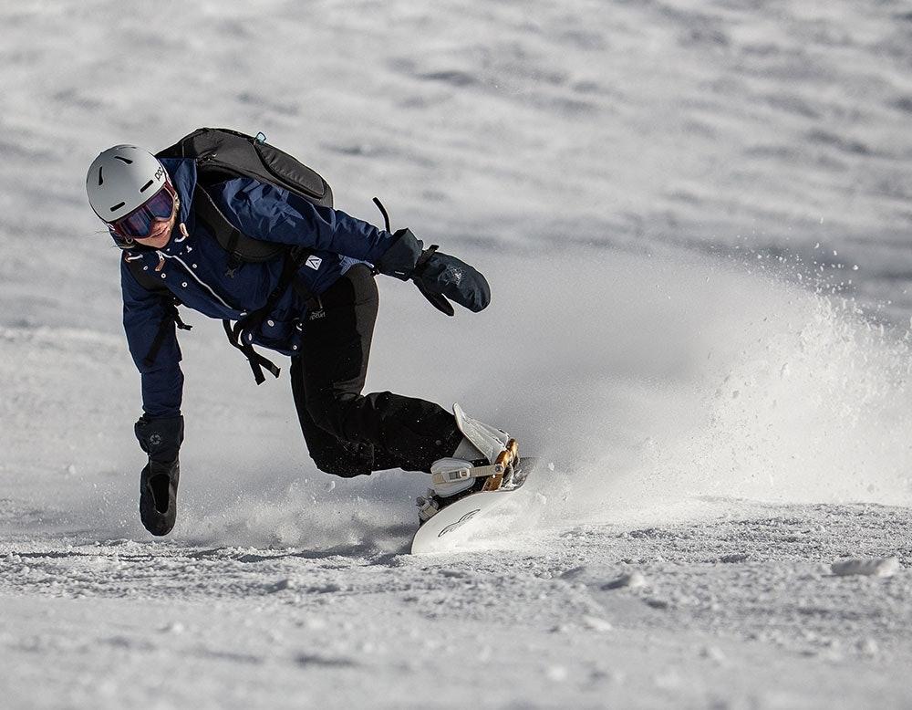 Snowboardfahrerin mit Helm