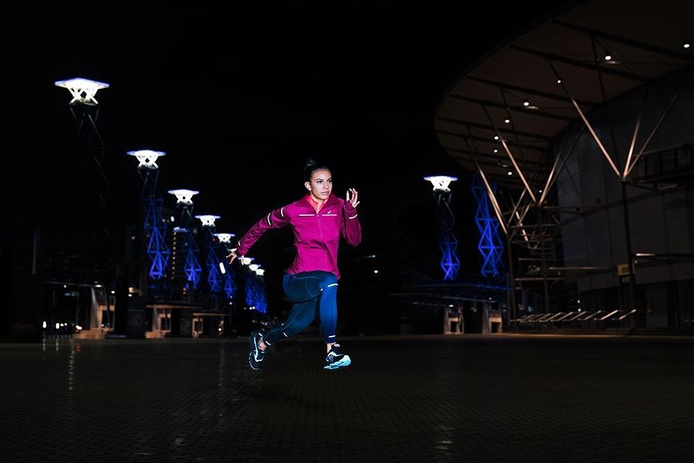 Läuferin nachts in der Stadt