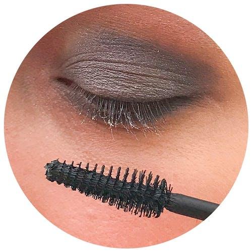 Unser Model verwendet die Angel Wings Mascara, um den Wimpern einen tollen Schwung zu verleihen