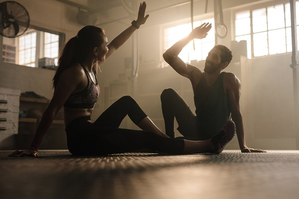 Fitness Couple gibt High Five beim Crossfit
