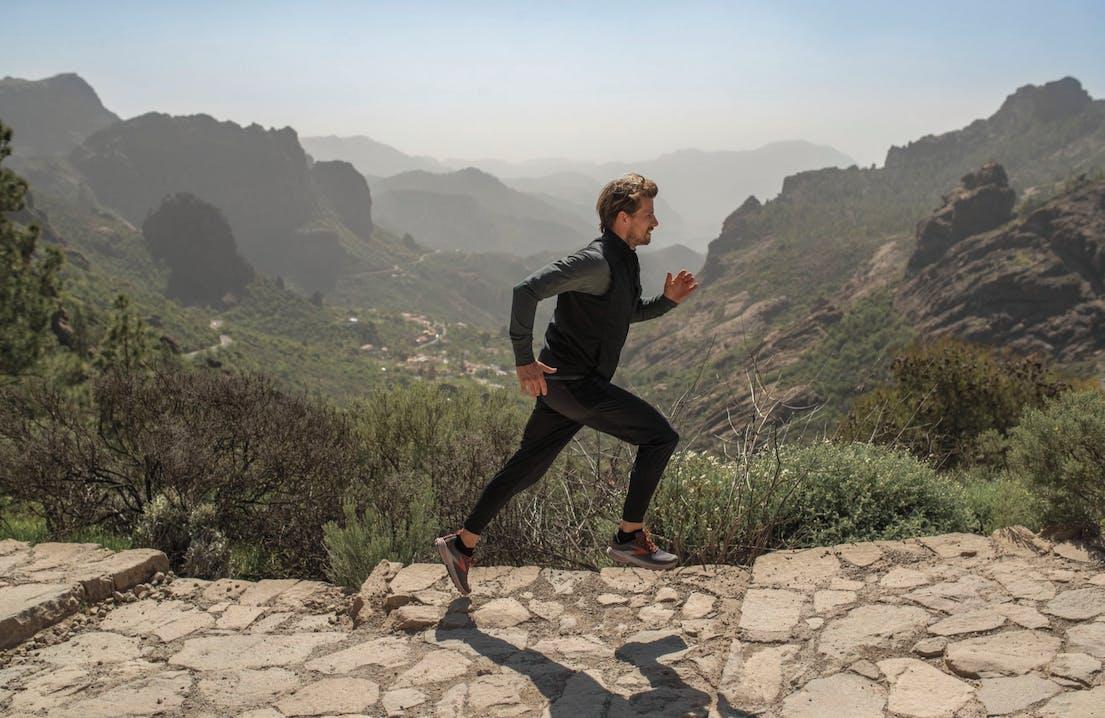 Uomo che corre tra le montagne