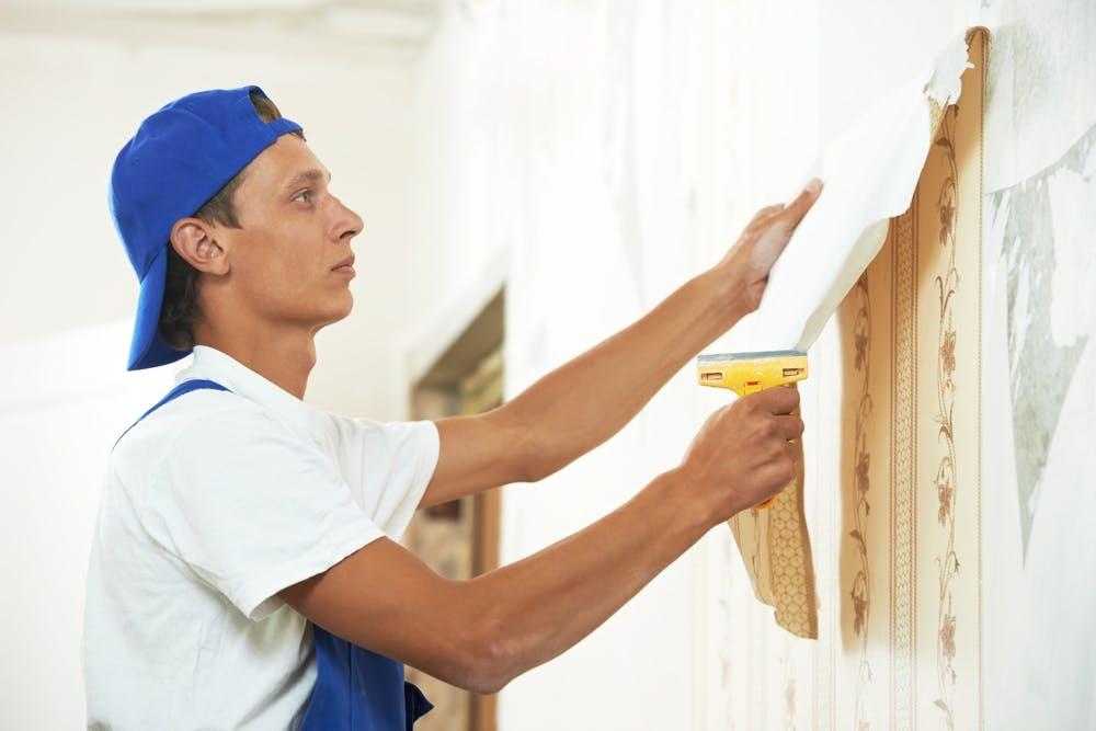 Tapet fjerning kan være kjedelig og tidkrevende. Vi har skrevet noen tips om hvordan du fjerner tapet på den enkle måten og uten å skade overflaten på veggen.