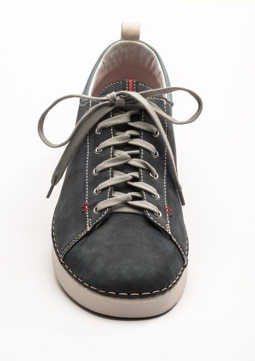 Schwarzer Sneaker mit verzwirbelter Schnürung.