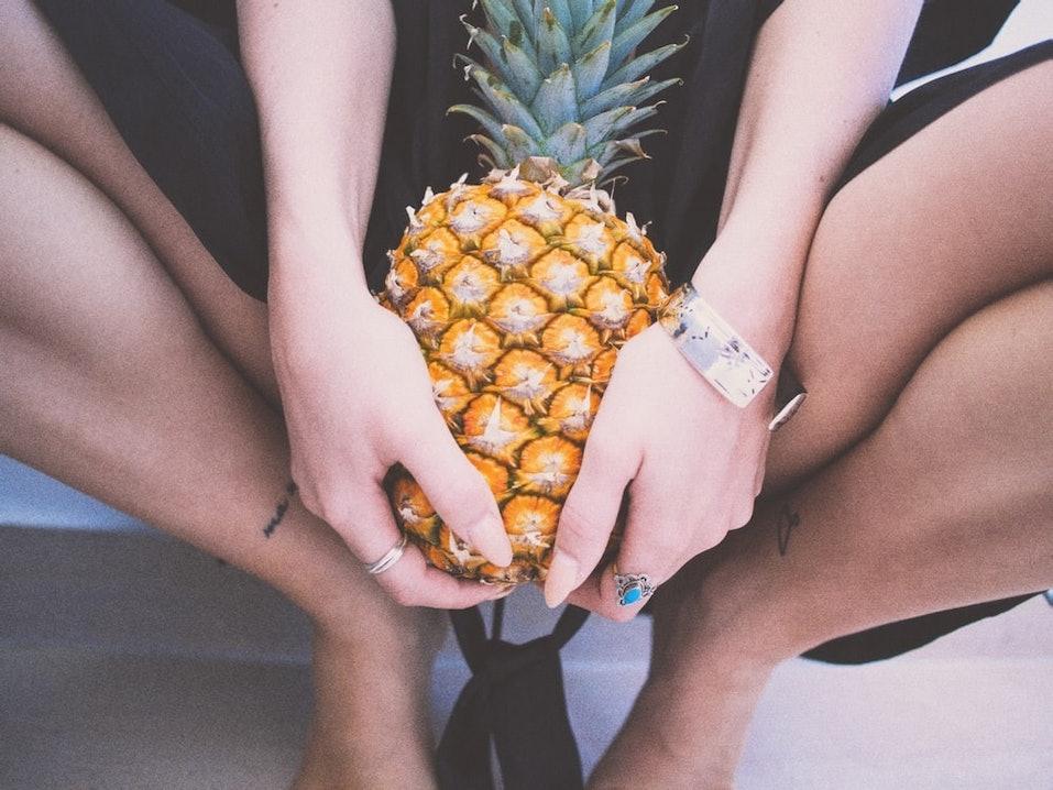 ananas, frau, woman, rings, ringe, armband, bracelet, nägel, lange nägel, hinhocken