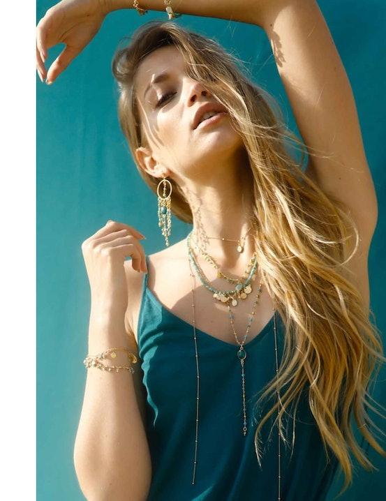 uccombez aux cascades de perles en pierres fines de ces superbes créoles chaine et pierres fines onyx vert LOU !  Sophistiquées et joyeuses, ces BO sublimeront votre style pour toutes les occasions, que ce soit pour le bureau, une virée shopping ou une soirée festive. Elles sont composées d'un anneau sous lequel tombent de fines chaines-perles colorées.