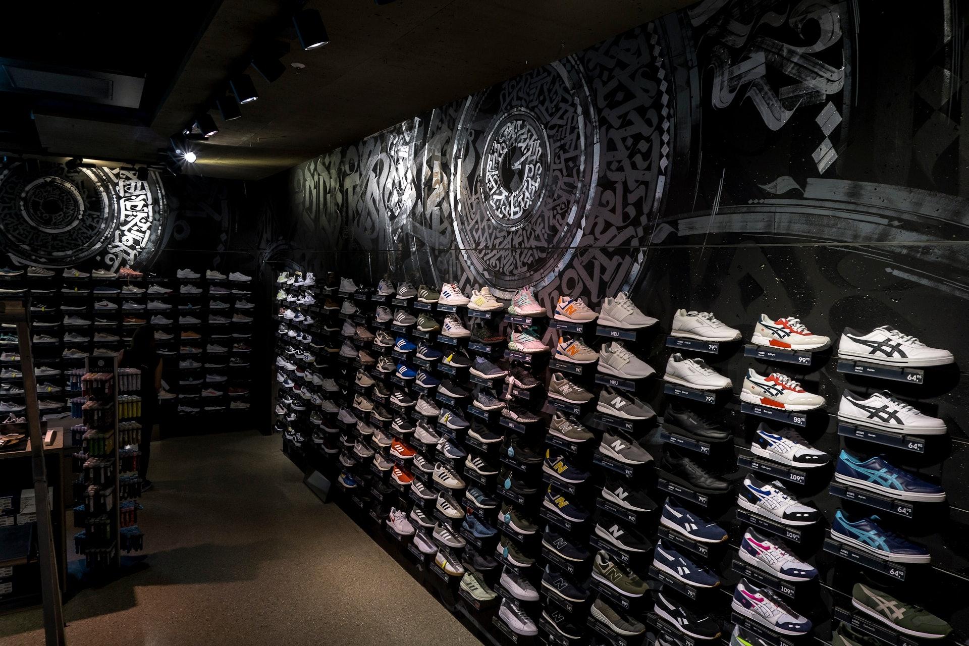 Streetart Sneakerwall im SportScheck Store München