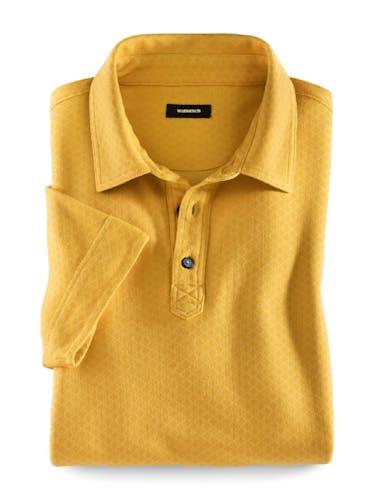 Gelbes Polo mit zwei Knöpfen und Kragen.