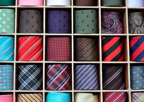 Bunte Krawatten, gerollt im Kasten