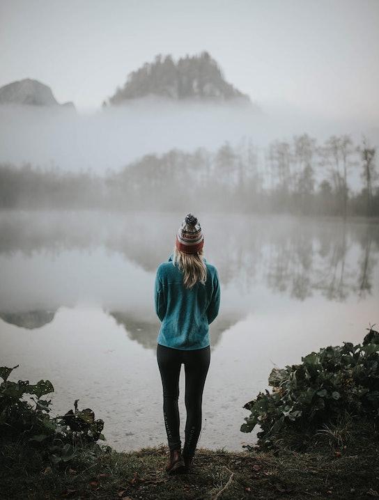 Sabrina an einem Bergsee