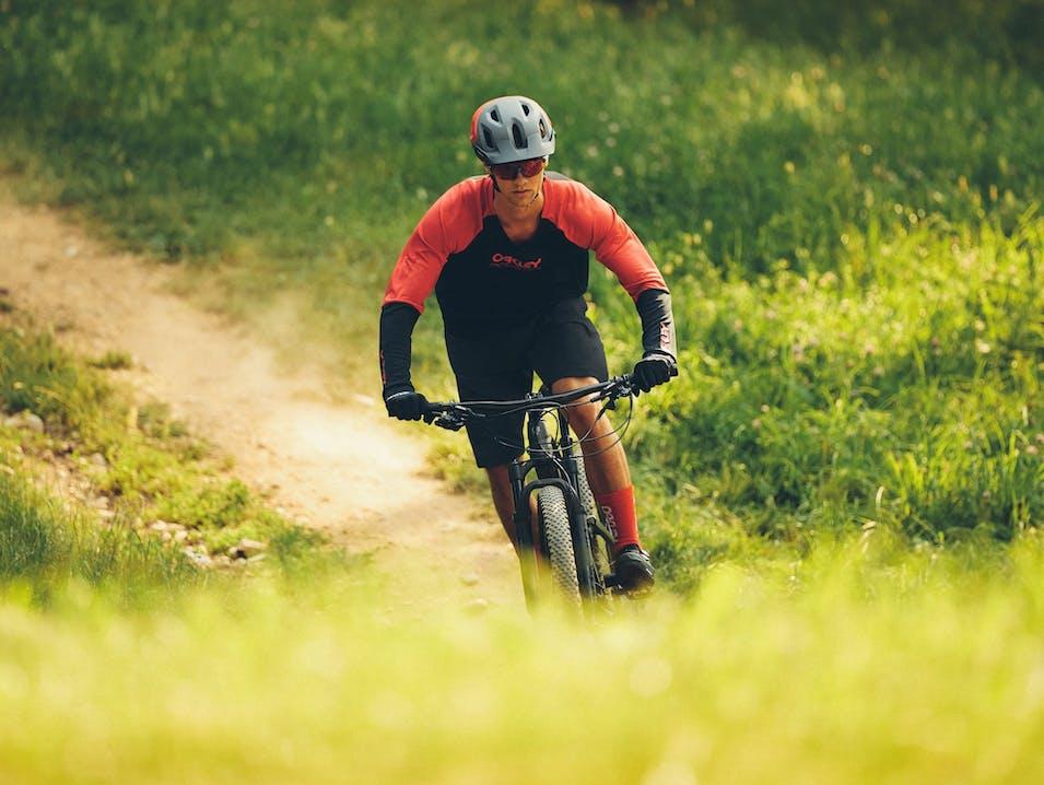 Ciclista in ambiente rurale