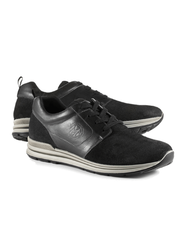 Schwarze Schuhe mit dicker Sohle.