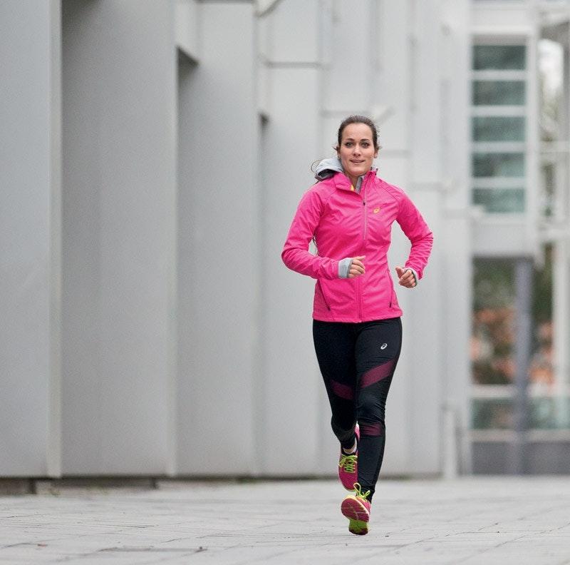 Kathi geht selbst leidenschaftlich gern laufen und weiß deshalb genau, worauf es bei einem Sport-BH ankommt.