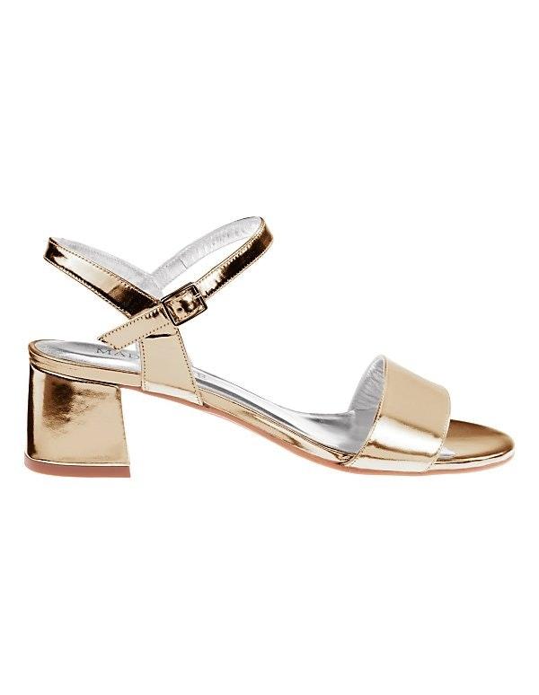 Glänzende Sandalette mit Blockabsatz