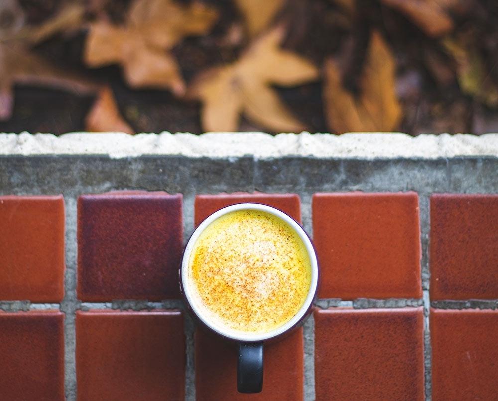 Kurkuma Latte , ein Power Drink im Herbst