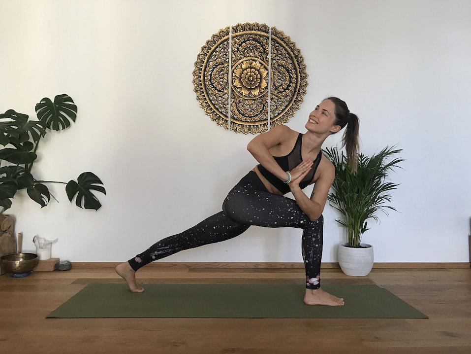 Ausfallschritt Twist Yoga Übung