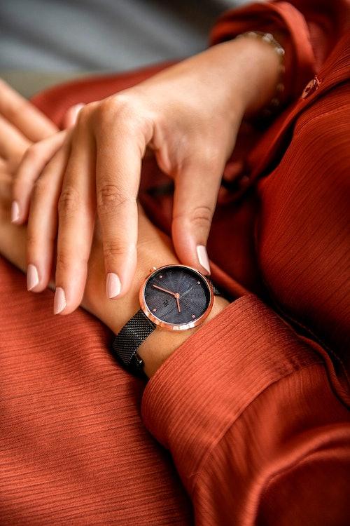 Cette montre B&G se compose d'un boîtier Rond de 34 mm et d'un bracelet en Métal Noir