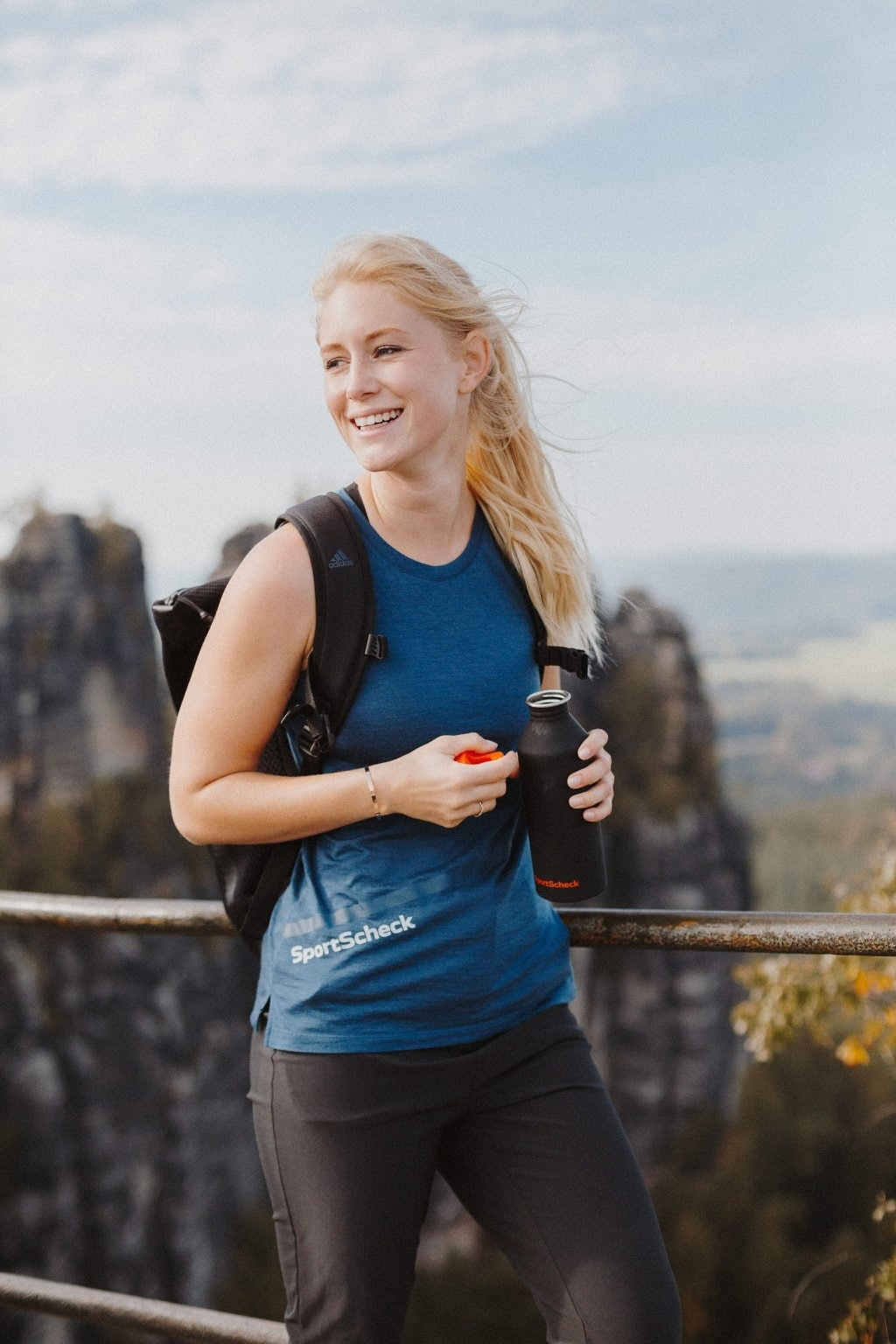 Influencerin Ann-Kathrin macht Pause auf der Wanderung in der Sächsischen Schweiz
