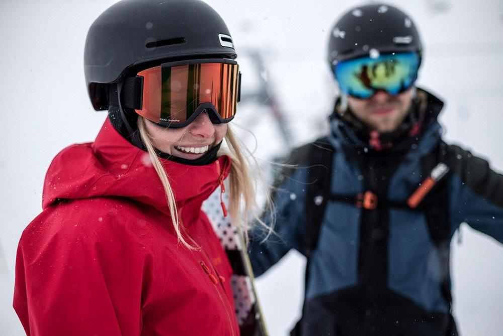 Paar mit Skibrillen im Schnee