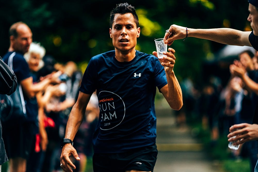 Läufer trinkt Wasser SportScheck Run Hamburg