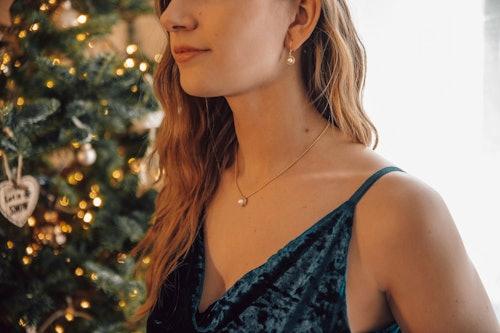 Ces Boucles d'oreilles Pendantes CLEOR sont en Argent 925/1000 Jaune et Perle de Culture Blanche