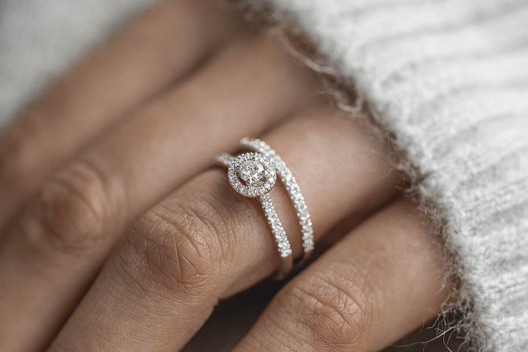 Cette Bague LA PROMESSE LADY DIAMONDS est en Or 750/1000 Blanc et Diamant