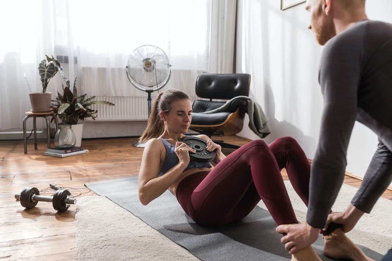 Paar beim Home Workout