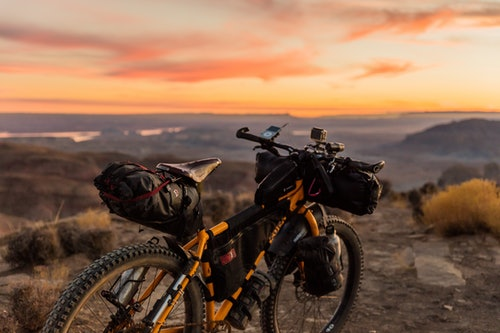 Bikepacking Fahrrad im Sonnenuntergang