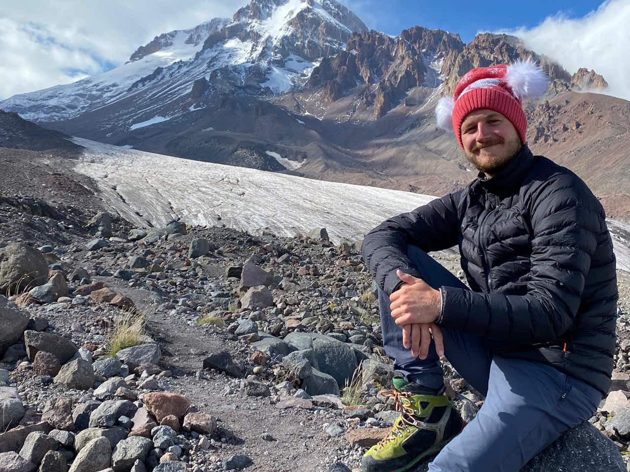 Autor Paddy auf Bergbesteigung mit der Mammut Daunenjacke