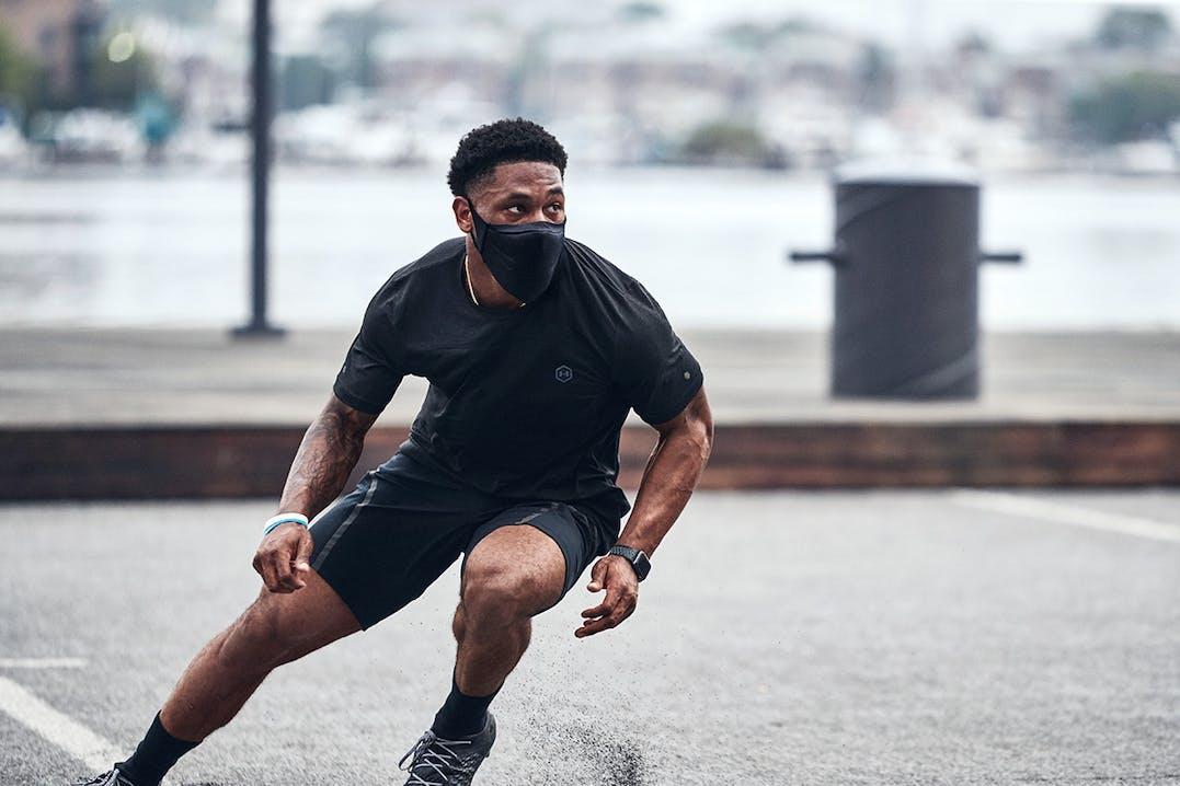 Sportler mit Maske beim Training