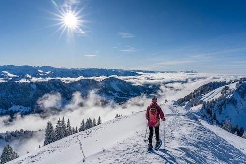 Frau beim Schneeschuhwandern