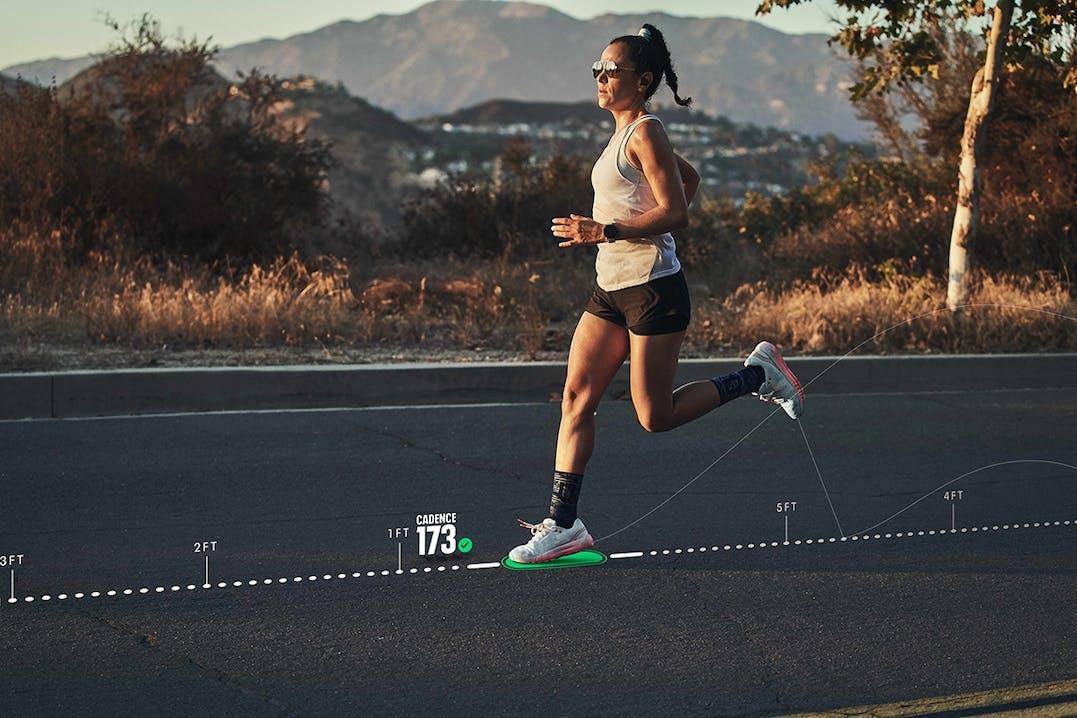 Läuferin mit Under Armour HOVR Schuh-Tracking