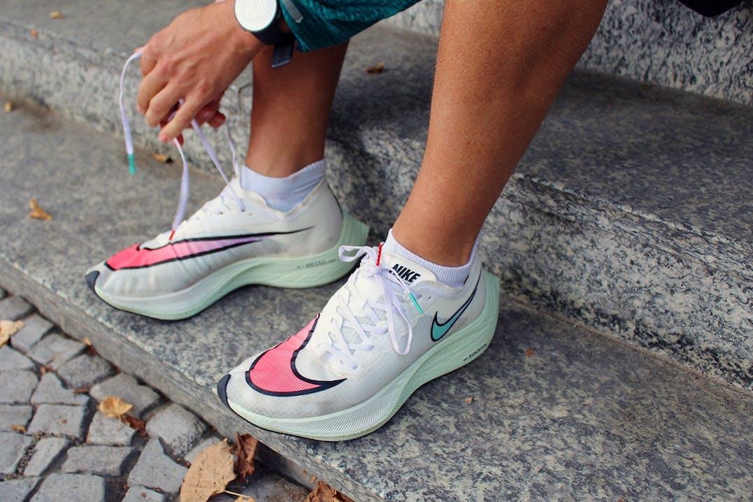 Läufer schnürt den Nike Vaportfly Next%
