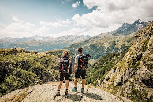 Paar beim Wandern in der Schweiz